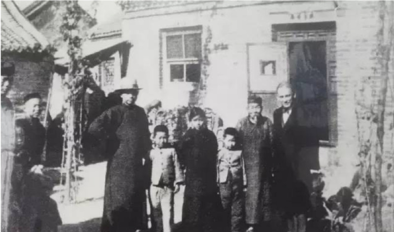"""David Brown, American industrialist and publisher of the New York weekly """"American Hebrew,"""" with the family of Zhao Zufang, 1932."""